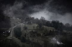 Mystikerlandskap med dimmiga Carpathian berg och kolyba - säsongsbetonat hus av herdar och skogsarbetare, Ukraina, nära Lumshory arkivfoto