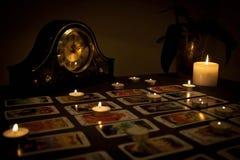 Mystikerspådomskonst med avfyrade stearinljus och spelakort i D Royaltyfri Bild