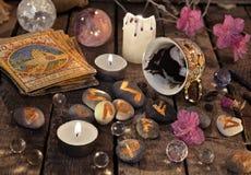 Mystikerstilleben med sump, tarokkort och stenrunor royaltyfri fotografi