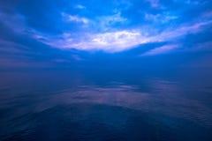 Mystische blaue Seehorizontansicht Stockfoto