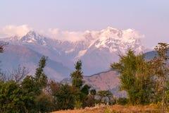 Mystische Chaukhamba-Spitzen von Garhwal-Himalaja während des Sonnenuntergangs von Campingplatz Deoria Tal Stockfoto