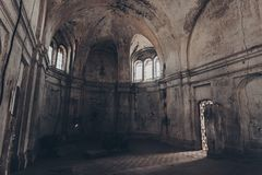 Mystische Fantasie frequentierter verlassener Tempel Innenraum der verlassenen Kirche von Dmitry Solunsky Stockbilder