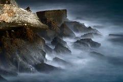 Mystische Felsen und gefrorenes Wasser Stockbild