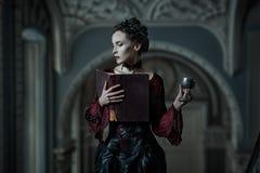 Mystische Frau mit einem Buch stockfotos