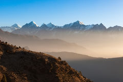 Mystische Gebirgssonnenaufganglandschaft im Himalaja Stockfoto