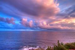 Mystische Küstenliniedämmerung Stockfoto