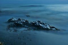 Mystische kleine Inseln im blauen Wasser und im Nebel stockbilder