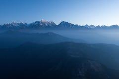 Mystische Landschaft des Gebirgsfrühen Morgens herein Stockfotos