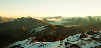 Mystische Landschaft mit Bergen und Schnee lizenzfreie stockbilder