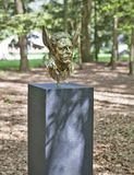 Mystische Skulpturen durch Jan Fabre unter dem Namen KAPITEL I - XVIII Park De Hoge Veluwe Otterlo netherlands lizenzfreie stockfotografie
