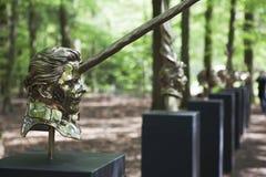 Mystische Skulpturen durch Jan Fabre unter dem Namen KAPITEL I - XVIII Park De Hoge Veluwe Otterlo netherlands lizenzfreies stockbild
