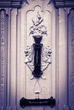 Mystische Zahlen schnitzten Tür, mit Klopfer, Schwarzem u. Weiß Lizenzfreie Stockfotografie