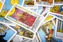 Mystischer Hintergrund der Tarockkarten Ältere Kartengerechtigkeit Lizenzfreies Stockfoto