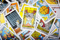 Mystischer Hintergrund der Tarockkarten Ältere Kartenliebhaber Lizenzfreies Stockfoto