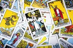 Mystischer Hintergrund der Tarockkarten Älterer Kartenturm Lizenzfreie Stockfotos
