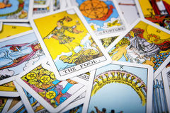 Mystischer Hintergrund der Tarockkarten Älterer Kartendummkopf Lizenzfreies Stockbild