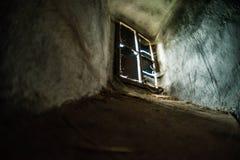 Mystischer Innenraum Fenster im dunklen Schlosskerker stockfotografie
