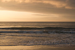 Mystischer Morgensonnenaufgang mit einem schönen bewölkten Himmel Stockfotografie