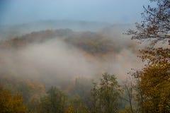 Mystischer Nebel in den Bergen Lizenzfreie Stockfotografie