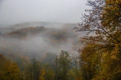 Mystischer Nebel in den Bergen Lizenzfreies Stockfoto
