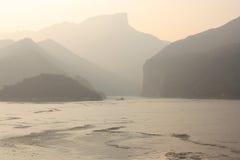 Mystischer Sonnenaufgang in Yangtze-Fluss lizenzfreies stockfoto