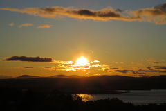 Mystischer Sonnenuntergang mit Kumulus über einer Landschaft Lizenzfreie Stockfotografie