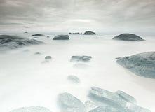 Mystischer Strand Felsen im Wasser von Khao Lak lizenzfreies stockbild