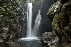 Höhlen-Wasserfall Lizenzfreie Stockfotos