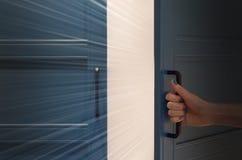 Mystisches Licht hinter einer Tür stockfoto