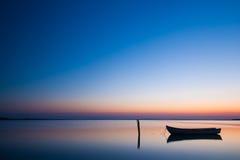 Mystisches Meer mit Boot Abstrakte natürliche Hintergründe Stockfotografie