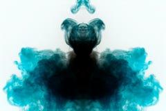 Mystisches Muster des mehrfarbigen Rauches in Schwarzem und in Blauem in Form eines Geistes mit einem schwarzen Körper, der ein G lizenzfreie stockfotos