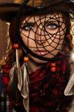 Mystisches Porträt eines jungen Mädchens in einer Cowboyart mit Dreamcatcher Lizenzfreie Stockfotografie