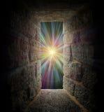 Mystisches Steinfenster oder Portal zu einer Pastellturbulenz Stockfotografie