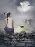 Mystisk bakgrund för allhelgonaafton med den härliga kvinnan på stenväggen Royaltyfri Fotografi