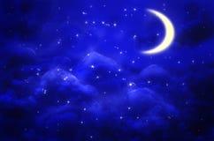 Mystisk bakgrund för natthimmel med halvmånen, moln och stjärnor månsken Royaltyfria Bilder