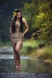 Mystisk bild av en härlig kvinna i trän Ensam mystisk flicka på bakgrund av den lösa naturen Kvinna i sökande av henne Royaltyfria Foton