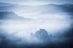 Mystisk dimmig morgon över den Biertan byn, Transylvania, Rumänien arkivfoton