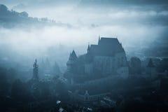 Mystisk dimmig morgon över den Biertan byn, Transylvania, Rumänien Fotografering för Bildbyråer