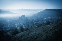 Mystisk dimmig morgon över den Biertan byn, Transylvania, Rumänien arkivbilder