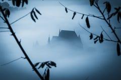 Mystisk dimmig morgon över den Biertan byn, Transylvania, Rumänien royaltyfria foton