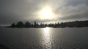 Mystisk dimmig soluppgång på sjön Saimaa den kyrkliga finland kirkkoen lappeen den marian mary för lappeenrantaen sainten stock video