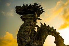 Mystisk drake för solnedgång av punkten för Hang Mua Cave tempelsikt i Ninh Binh, Vietnam royaltyfri fotografi