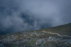 Mystisk fotvandra slinga i bergen royaltyfria bilder