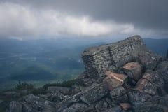 Mystisk fotvandra slinga i bergen arkivbilder
