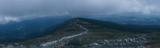 Mystisk fotvandra slinga i bergen arkivbild