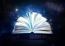 Mystisk gammal bok Öppna den inomhus gamla boken En saga Arkivbild