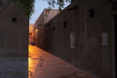 Mystisk gata på skymning, Dubai fotografering för bildbyråer