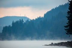 Mystisk höstmorinng på Dospat sjökusten i Bulgarien Royaltyfri Foto
