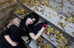 Mystisk klädd gotisk kvinna för allhelgonaafton Royaltyfri Bild