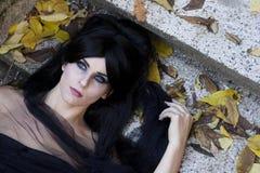 Mystisk klädd gotisk kvinna för allhelgonaafton Arkivbild